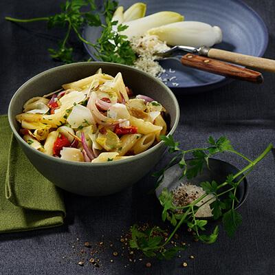 Penne mit gebratener Chicorette, Speck und getrockenten Tomaten