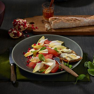 Chicorette-Grapefruit Salat mit Ziegenfrischkäsecrostini